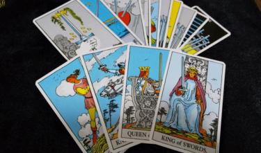 タロット占いカード小アルカナとは?ソードの意味や基本的な解釈について!