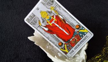タロットカード法王の意味!恋愛占いで二人の未来を知りたい!