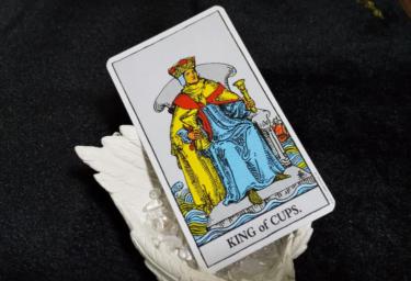 タロットカードカップのキングの意味!恋愛占いで相手の気持ちを知りたい!