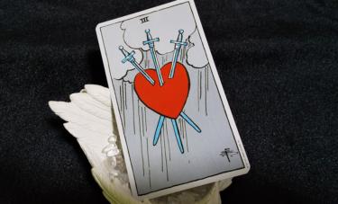 タロットカードソードの3の意味!恋愛占いで二人の未来を知りたい!